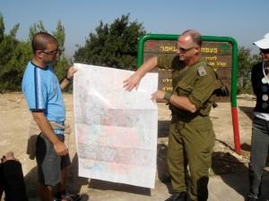 Foto-de-ISRAEL-2008-Gustavo-Edelcopp-y-militar-acompañando-a-la-Delegación